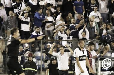 Beligoy da el pitazo final. Sava levanta los puños y el público festeja. El Bosque es una fortaleza. Foto: Web Gimnasia