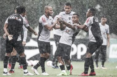 Sem Oswaldo de Oliveira, auxiliar-técnico comanda treino e repete equipe titular do Atlético-MG