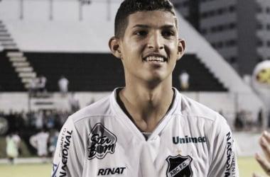 Matheus, de 19 anos, assinou contrato de 5 anos (Foto: Andrei Torres/ABC)