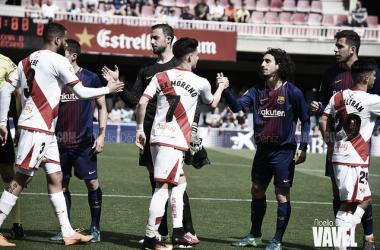 Jugadores del Rayo Vallecano y Barça B saludándose | Fotografía: Noelia Déniz (VAVEL)