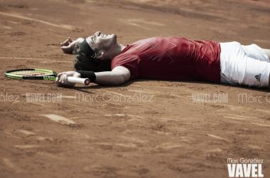 Tsitsipas, tendido sobre la pista tras su victoria de hoy. Foto: Marc González - VAVEL