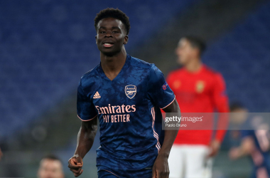 ROME, ITALY - FEBRUARY 18: Bukayo Saka of Arsenal celebrates after scoring their sides first goal during the UEFA Europa League Round of 32 match between SL Benfica and Arsenal FC at Stadio Olimpico on February 18, 2021 in Rome, Italy. SL Benfica face Arsenal FC at a neutral venue in Rome behind closed doors after Portugal imposed a ban on travellers arriving from the UK in an effort to prevent the spread of Covid-19 variants. (Photo by Paolo Bruno/Getty Images)