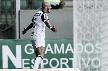 Fábio Santos abriu o placar (Foto: Bruno Cantini/Atlético-MG)