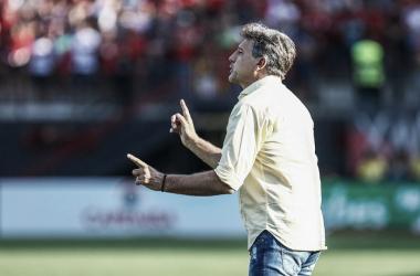Renato Portaluppi passa instruções para o time na beira do campo (Foto: Lucas Uebel / Gremio FBPA)