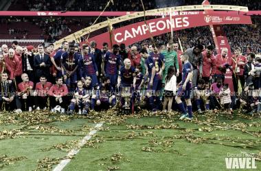 El FC Barcelona de fútbol festejando el triunfo en el césped del Wanda Metropolitno. Foto: Daniel Nieto, VAVEL.com