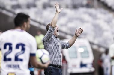 Mano Menezes esteve agitado em sua área técnica durante a derrota na abertura do Brasileirão (Foto: Washington Alves/Light Press/Cruzeiro)