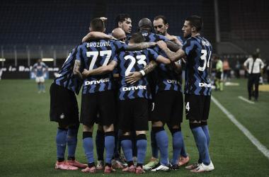 Internazionale marca em cada tempo, suporta pressão do Napoli e mantém segunda posição
