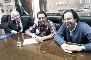 Recoba en el momento de firmar el contrato en la sede de Nacional // Foto: nacional.com.uy