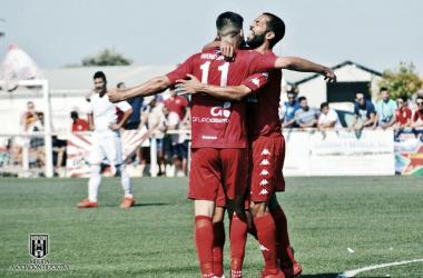 Paco Tomás celebra su gol ante el Castuera junto a Joaqui Flores.<div>Foto: Mérida AD.<div><br></div></div>