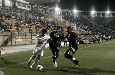 Victor Ferraz e dois jogadores do Vasco em jogo válido pelo Brasileirão 2018 (Foto: Ivan Storti/Santos FC)