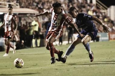 Gómez dominando el balón ante la presión de Comas. Foto: Club Atlético Unión.