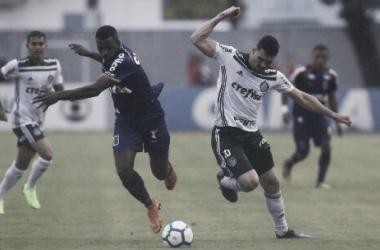 Moisés disputando a bola (Foto: Cesar Greco/Divulgação/Palmeiras)