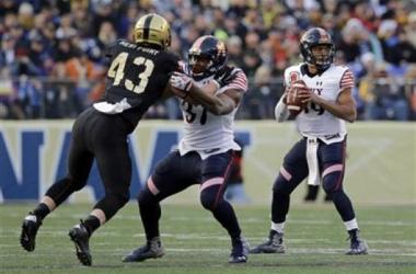 Keenan Reynolds (19) had another huge game on Saturday as Navy's win streak reached 13 - AP Photo/Patrick Semansky