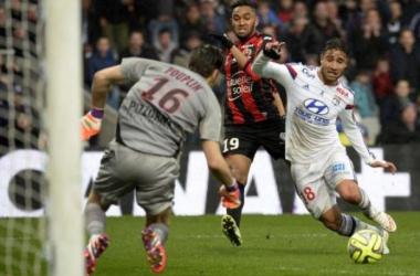 Fekir lucha por un balón ante Pouplin. (leparisien.fr).