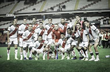 Jugadores posando junto al trofeo Fotografía: Ricardo Grande (VAVEL)
