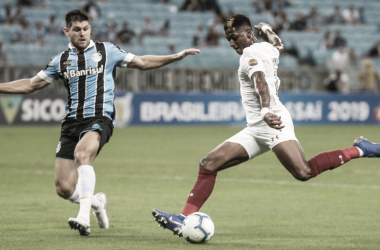 Yony González em disputa com<span>Kannemann, pela terceira rodada do Brasileiro</span>(Foto: Lucas Merçon/ Fluminense)
