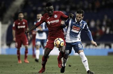 Djené y Piatti pugnan por un balón en el último Espanyol-Getafe. Fuente: RCD Espanyol
