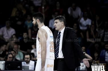 Garino y Velimir Perasovic durante el encuentro ante el Barça / Foto: Noelia Déniz