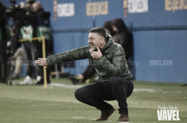 García Pimienta dando instrucciones en el Johan Cruyff. | Foto: Noelia Déniz