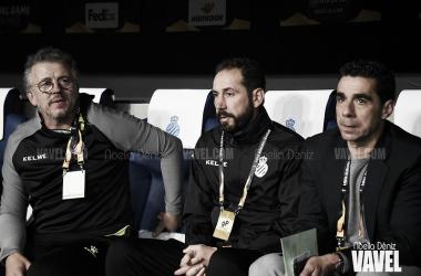 Pablo Machín entre dos miembros del staff técnico. FOTO: Noelia Déniz