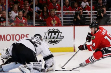 Jonathan Toews (19 red) and his Hawks proved to be too much for Jonathan Quick (32 white) and the Kings in Game 1.