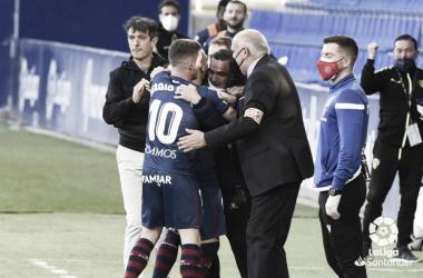 Sandro celebra junto al cuerpo técnico su gol. Foto: LaLiga.