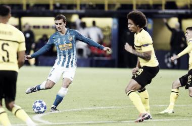 Antoine Griezmann maneja el balón ante el Borussia || FOTO: Club Atlético de Madrid
