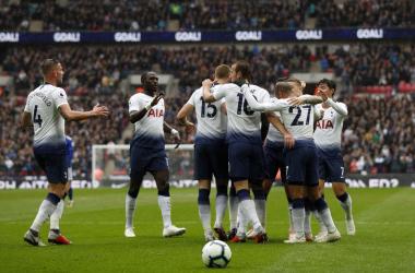 احتفالية إيريك داير مع زملائه بعد تسجيل هدف المباراة الوحيد