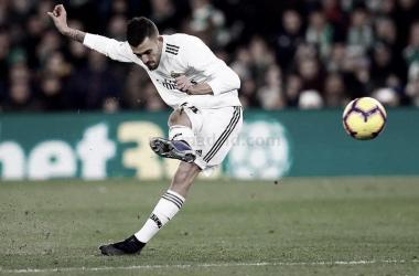 Dani Ceballos en el libre directo que daría la victoria al Real Madrid. Foto: Real Madrid C.F