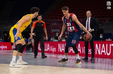El alero italiano encara a su defensor en el duelo de Euroliga (2020/2021) ante el Maccabi Tel Aviv | Fuente: www.baskonia.com