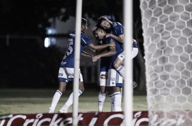 Em jogo truncado e na bola parada, Cruzeiro vence Vitória no Barradão