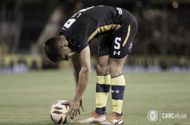 Gil coloca el balón. Foto: Prensa de Rosario Central.