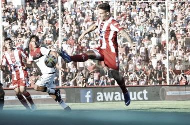 Nicolás Mazzola intentando bajar el balón. Foto: Twitter oficial de Unión.