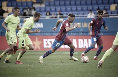 Aranda conduciendo el balón ante el FC Andorra. | Foto: Noelia Déniz