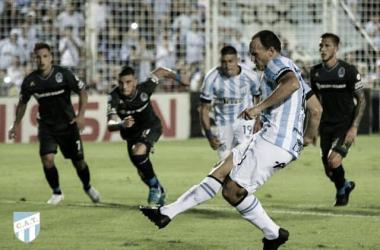 Mauro Matos estampa el cuarto gol en la victoria del Decano por 4 a 1 sobre Gimnasia LP.&nbsp;<div>Fuente: Sitio Oficial Atlético Tucumán.</div>
