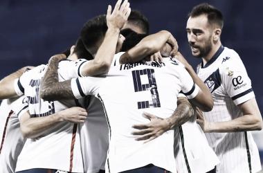 Todos fueron con Almada luego de su gol. Foto: Web