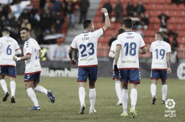 El goleador del partido, Luso, celebrando con la afición. www.laliga.es