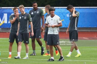 Joachim Low com os seus jogadores durante um treino da seleção alemã, esta terça-feira.