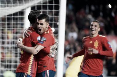 Sergio Ramos celebra junto a Ceballos el gol de la victoria. / Foto: UEFA