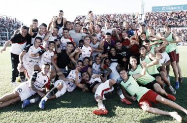 Festejo: Los jugadores de Patronato celebran muy contentos tras lo que fue una nueva victoria de local. Foto: Twitter oficial de Patronato.