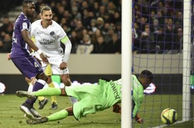 Alban Lafont ne peut empêcher Zlatan d'inscrire son 16ème but en Ligue 1 cette saison. (psg.fr)