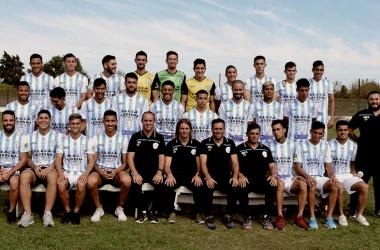 El plantel de Argentino de Merlo, en la presentación de la camiseta que utilizarán ante River por Copa Argentina, Foto: Facebook de Argentino de Merlo.