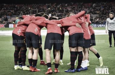 Los jugadores del primer equipo concentrados antes de un partido de UEFA Champions League | Foto de Noelia Déniz, VAVEL