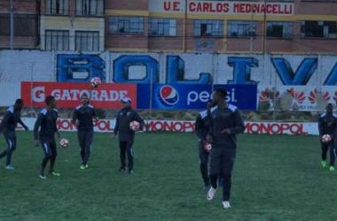 Jugadores de Liga de Quito reconocen el campo del estadio Hernando Siles Foto: Portal oficial de Liga de Quito
