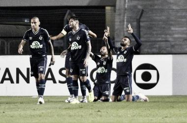 Leandro Pereira celebra gol marcado ainda no primeiro tempo (Divulgação/Chapecoense)