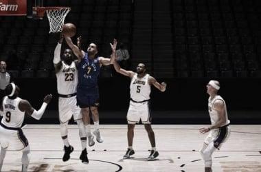 Cazando el rebote frente a las torres. Foto: NBA.com