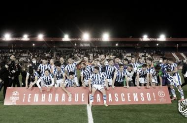 Los jugadores de la Real Sociedad B celebran el ascenso. / Vía: Real Sociedad