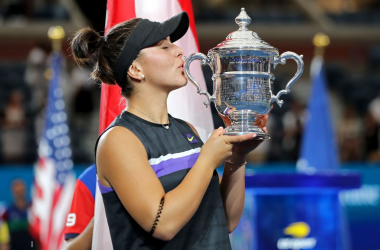 Bianca Andreescu kisses her hard-fought trophy | Photo: Elsa/Getty Images via Zimbio