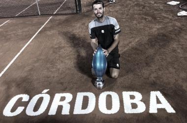 Trofeo en mano y felicidad total del argentino en la obtención de su primer título. Foto: Eldoce.Tv