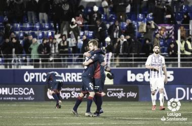 Jorge Pulido abraza a Jorge Miramón durante un Valladolid - SD Huesca. Foto: LaLiga.
